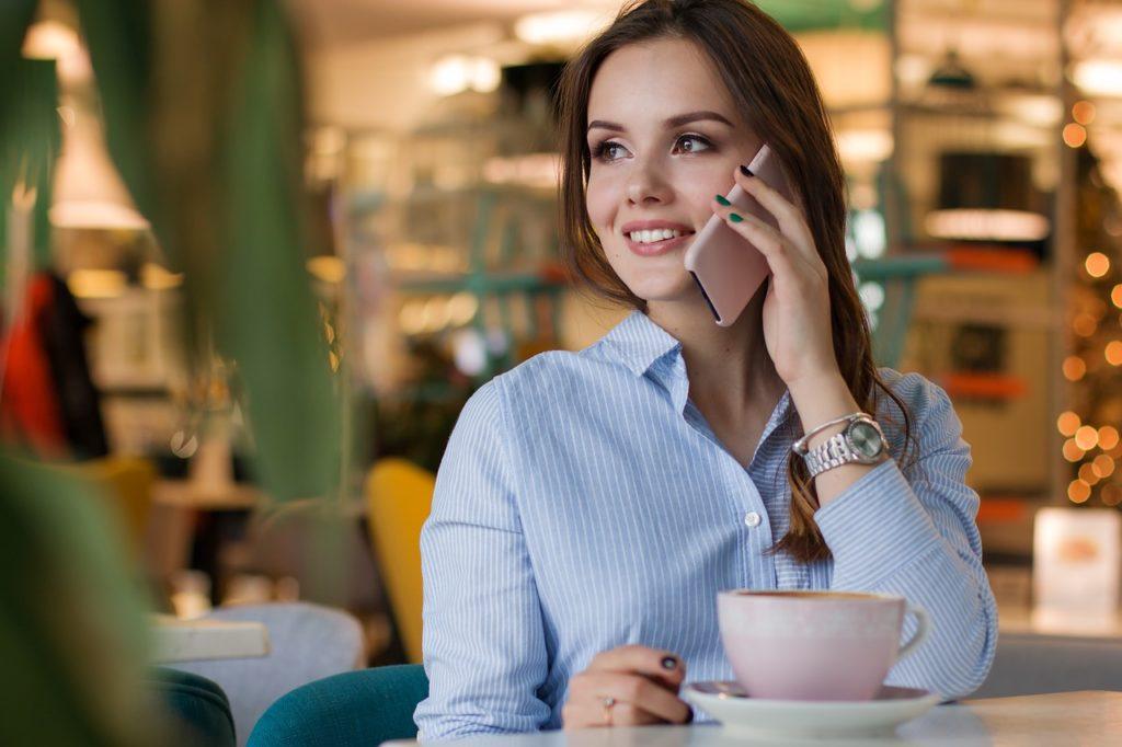 Eine junge Frau mit einer Tasse Kaffee