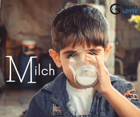 ein Junge trinkt einen kräftigen Schluck Milch