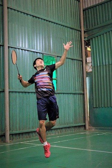 Sport bei Gicht: Badminton - Spieler schlägt auf