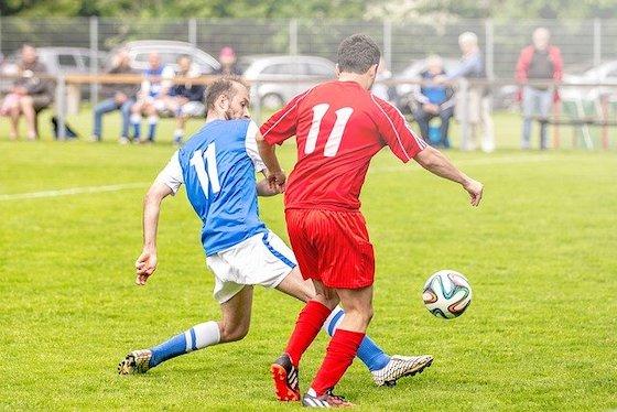 Fussballer kämpfen um den Ball