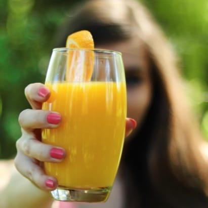 Ein Glas Orangensaft - auch bei Gicht