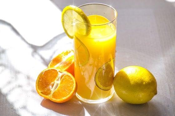 frischgepresster Orangen- und Zitronensaft