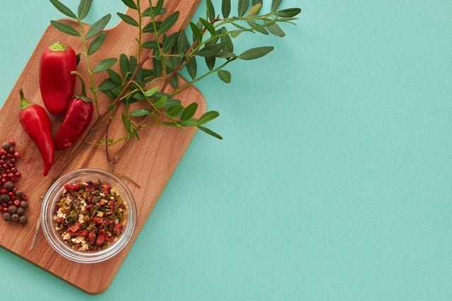 Paprika auf einem Brett - lecker und gesund bei Gicht