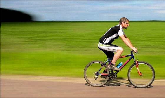 Radfahrer unterwegs über Wald und Wiesen