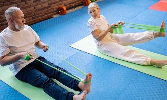 Mann und Frau beim Training mit Widerstandsbändern